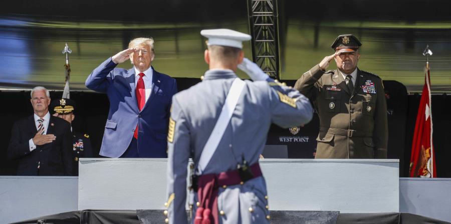 "Donald Trump promises to ""extinguish"" the coronavirus at a military graduation"