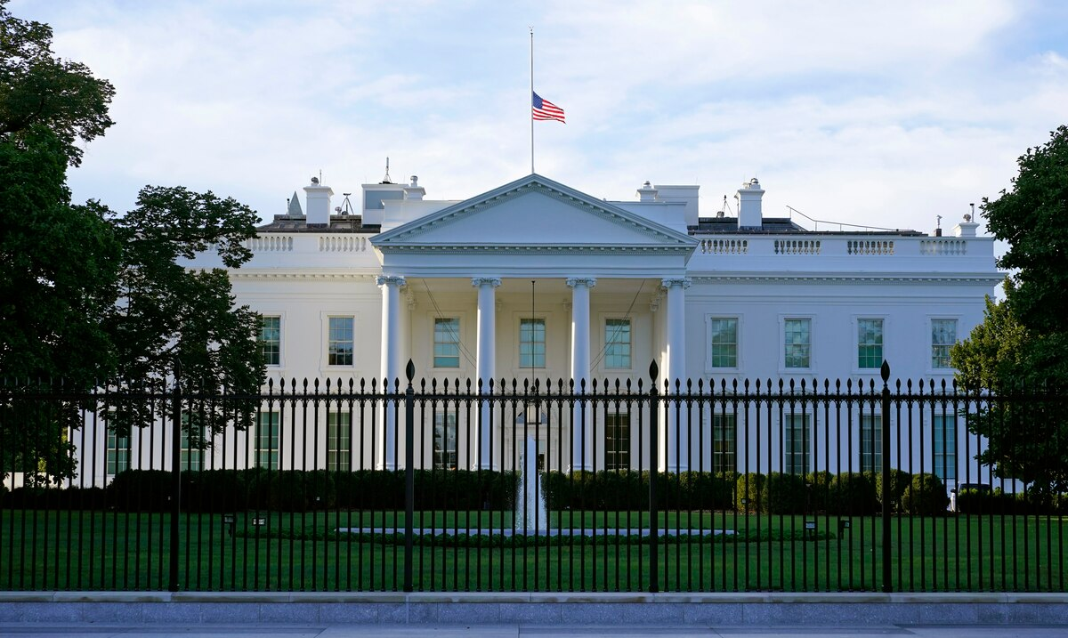 Authorities intercept an envelope containing castor toxin addressed to the White House