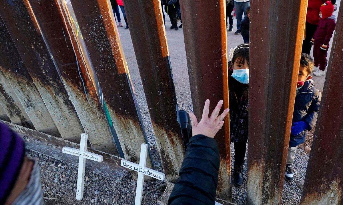 Families try to unite this Christmas on the border between the United States and Mexico