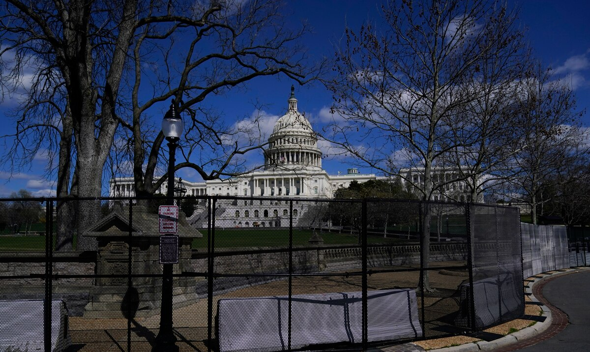 Hundreds of federal Capitol cops consider resigning or retiring early after recent attacks