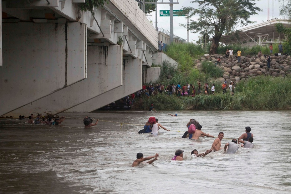 When the Mexican authorities began to block the passage, people managed to cross.