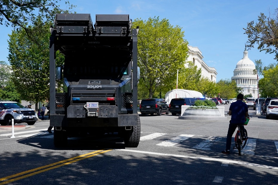 A Police truck moves into the area near the Capitol and the Library of Congress to attend to the emergency.